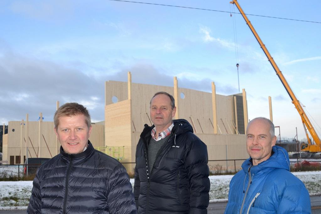 Oppføringen av nye Bjørkelangen skole, som bygges i massivtre, følges nøye av fagansvarlig skogbruk Stian Sandbekkbråten (t.v.), prosjektleder Jens-Kristian Waaler og miljøvernrådgiver Ole-Christian Østreng i Aurskog-Høland kommune.