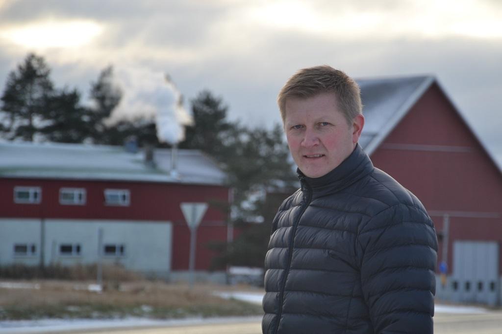 Bjørkelangen skole får et lunt og god innemiljø, ikke minst ved hjelp av kortreist biovarme fra dette anlegget, bak Stian Sandbekkbråten som er fagansvarlig for skogbruk i Aurskog-Høland.
